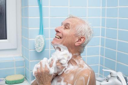 Senior in barrierefreier Badewanne